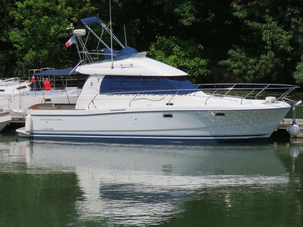 Beneteau Antares 10.80 Fly Bridge Double Helm