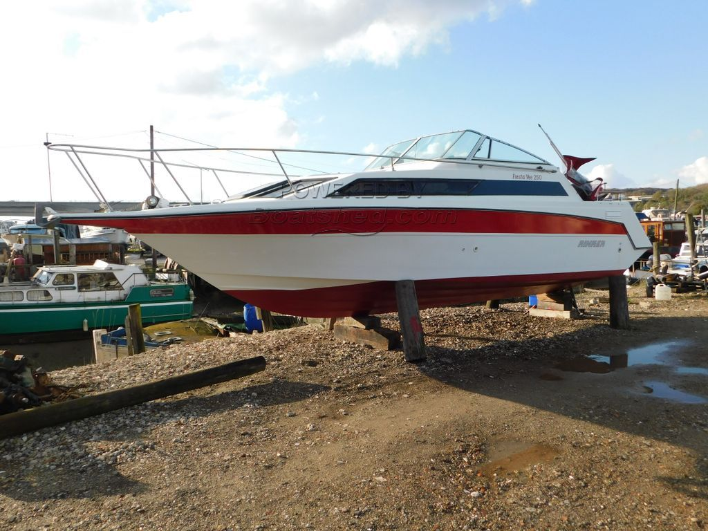 Rinker Fiesta Vee 250 Ideal Family Boat - Lovely Hull
