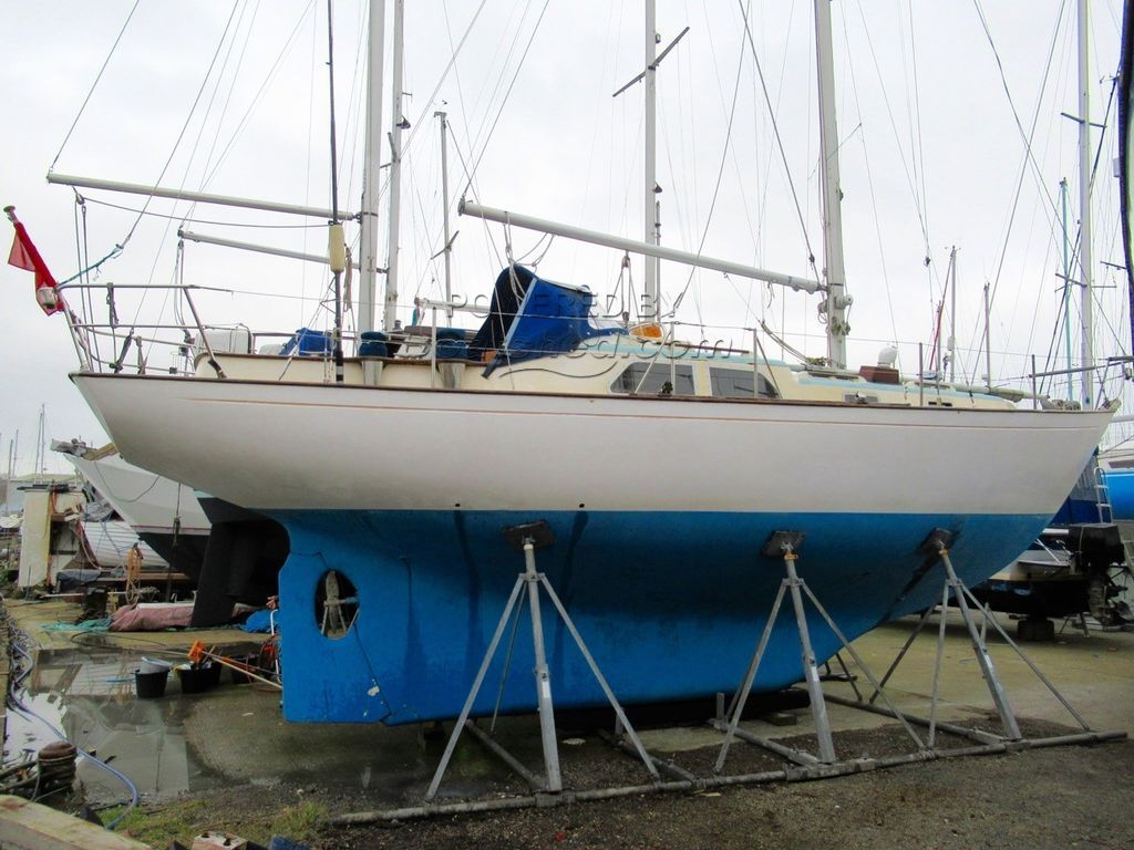 Super Sovereign 35 Ketch Blue Water