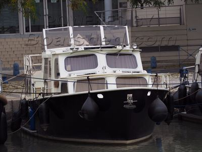 Motor Cruiser 32ft Two helms and bow thruster