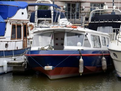 Broads Cruiser Houseboat with London mooring