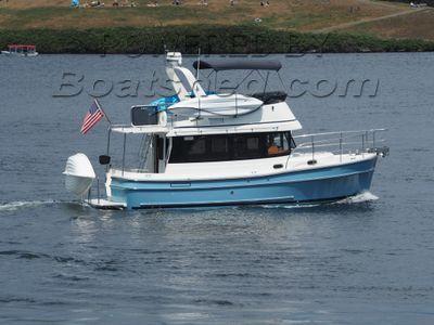 Helmsman Trawlers 31 Sedan Flybridge Trawler