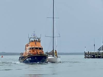 Sailing boat struck by lightning off Isle Of Wight